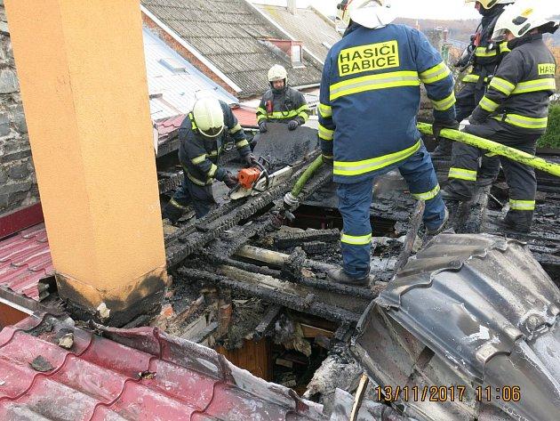 Hasiči zasahují u požáru střechy rodinného domu ve Šternberku