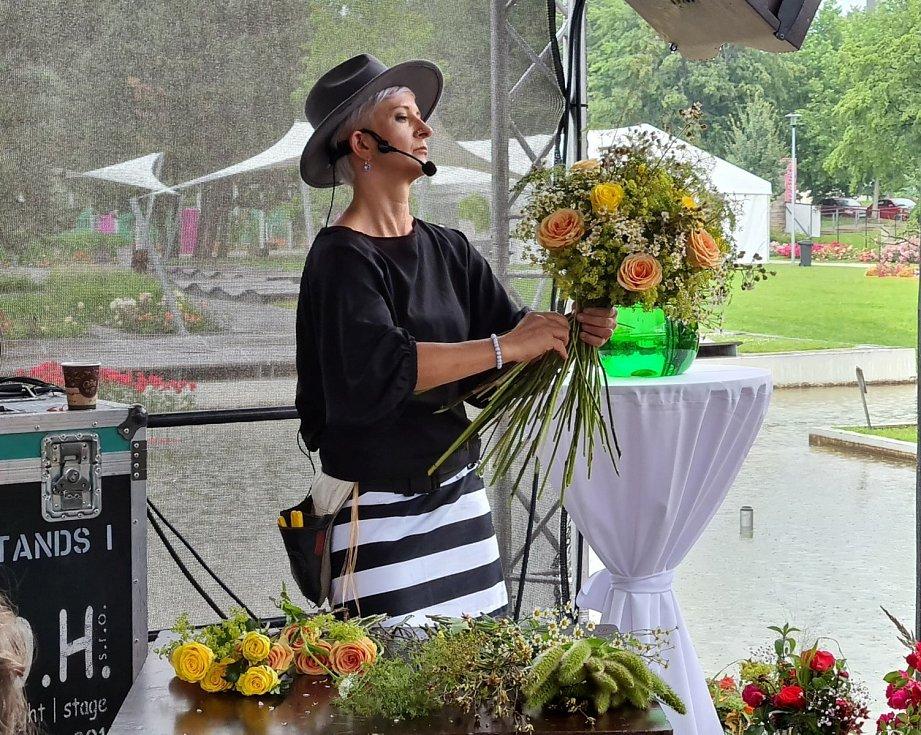 Floristka Klára Franc Vavříková seznámí návštěvníky výstavy Vyznání růžím s romantickými kyticemi. Její floristická show začíná v pátek v 15.30 hodin.