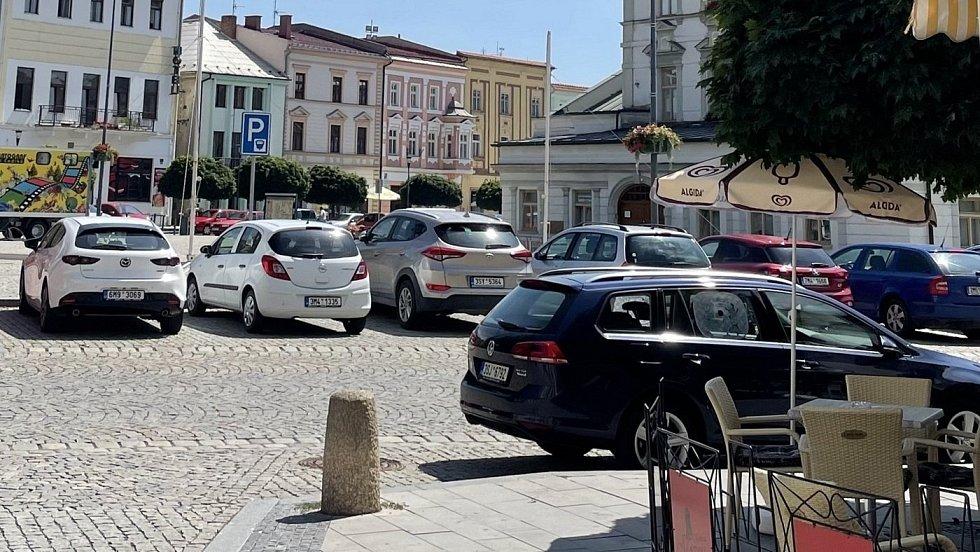 Parkování v centru Uničova. Ilustrační foto