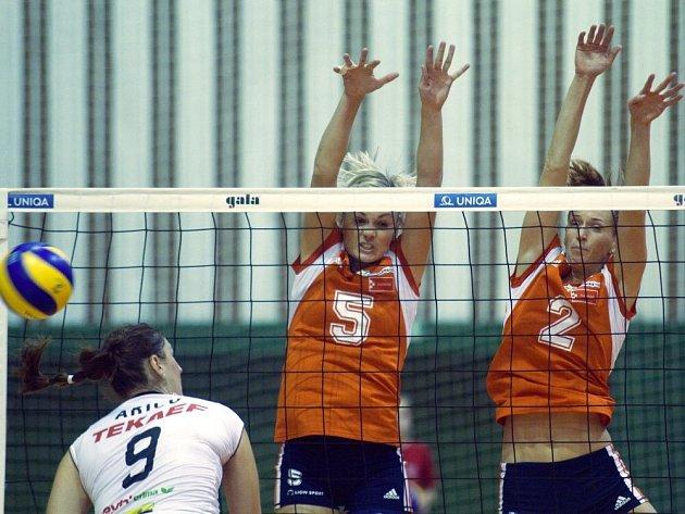 Olomoucké volejbalistky (v oranžovém) proti Linci