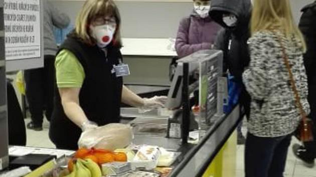 Nákup v litovelském supermarketu v době karantény. Ilustrační foto