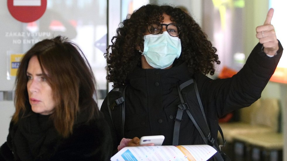 Cestující z italského Bergama po příletu na brněnské letiště. Ilustrační foto