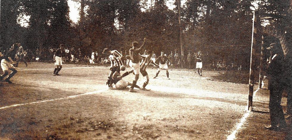 Fotografie z prvního doloženého zápasu Tatranu Litovel proti Bohuňovicím v říjnu 1924.