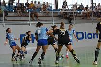 Házenkářky Zory (v modrém) v utkání proti Hypo Niederösterreich.