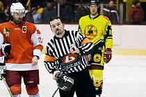 Hokejový rozhodčí Dědek.
