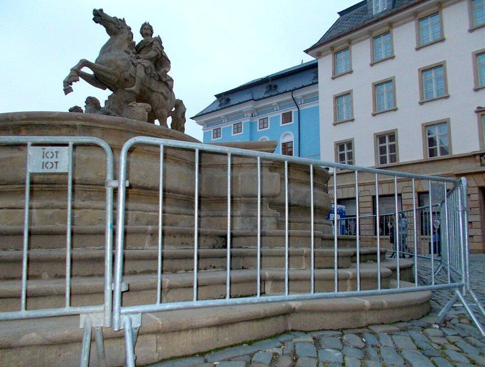 Caesarova kašna na Horním náměstí v Olomouci s adventní ochranou