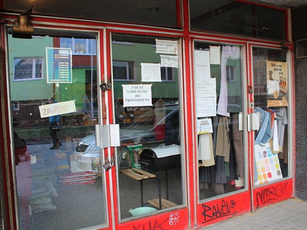 Listopad 2012. Prodejna smíšeného zboží v budově Zenitu v Nedvědově ulici, kde se prodával neznačený a nekolkovaný alkohol s obsahem metanolu.