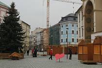 Stavba stánků pro vánoční trhy na olomouckém Horním náměstí, 23. listopadu 2020