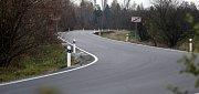 Zrekonstruovaná silnice mezi Olomoucí a Chomoutovem. Chybí středová čára.