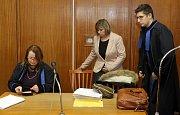 Soud v kauze tragického pádu dítěte z jedoucího vlaku - obžalovaná průvodčí (uprostřed) u okresního soudu v Olomouci