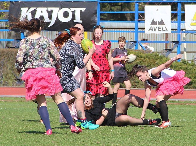 Netradiční sportovní událost v Olomouci, na které si ženské týmy zahrály rugby v šatech či sukních.
