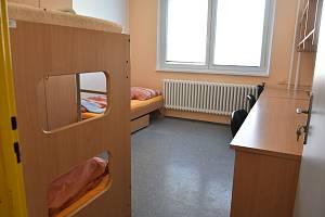 Třílůžkový pokoj na univerzitní koleji Generála Svobody v Olomouci. V pokoji je postel a dvoumístná palanda, její vrchní část však většinou slouží jen jako odkládací prostor nebo místo k přespání návštěv