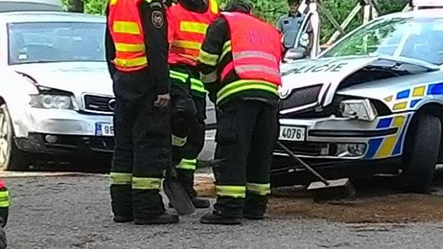 Policejní vůz se při zásahu v ulici Jarmily Glazarové v Olomouci srazil s hledaným autem
