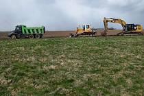Terénní úpravy za dálnicí u Příkaz, kde vznikne nové biocentrum.
