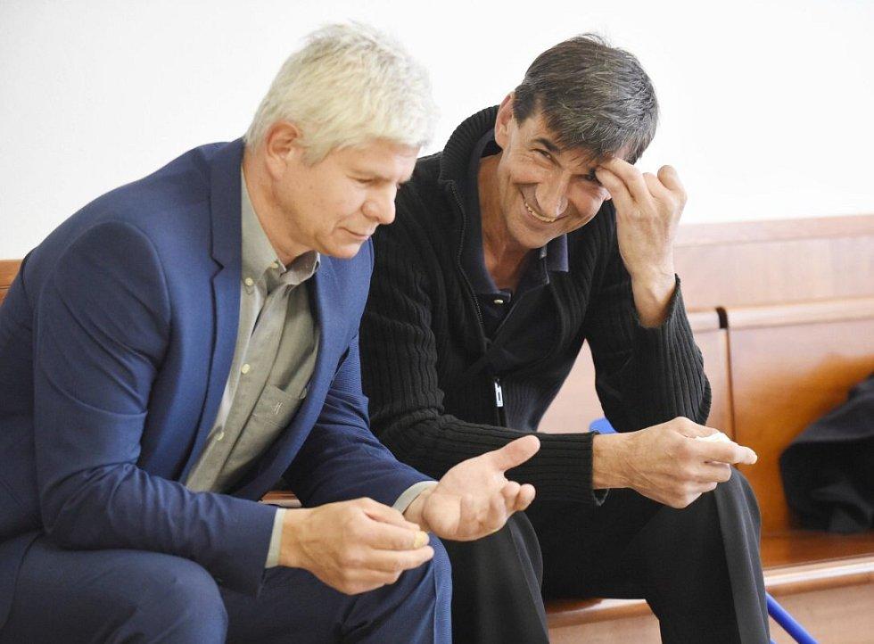 Zleva jsou správce nemovitostí Ivan Kovařík a Rostislav Hanulík. Kauza tzv. lihové mafie u Vrchního soudu v Olomouci
