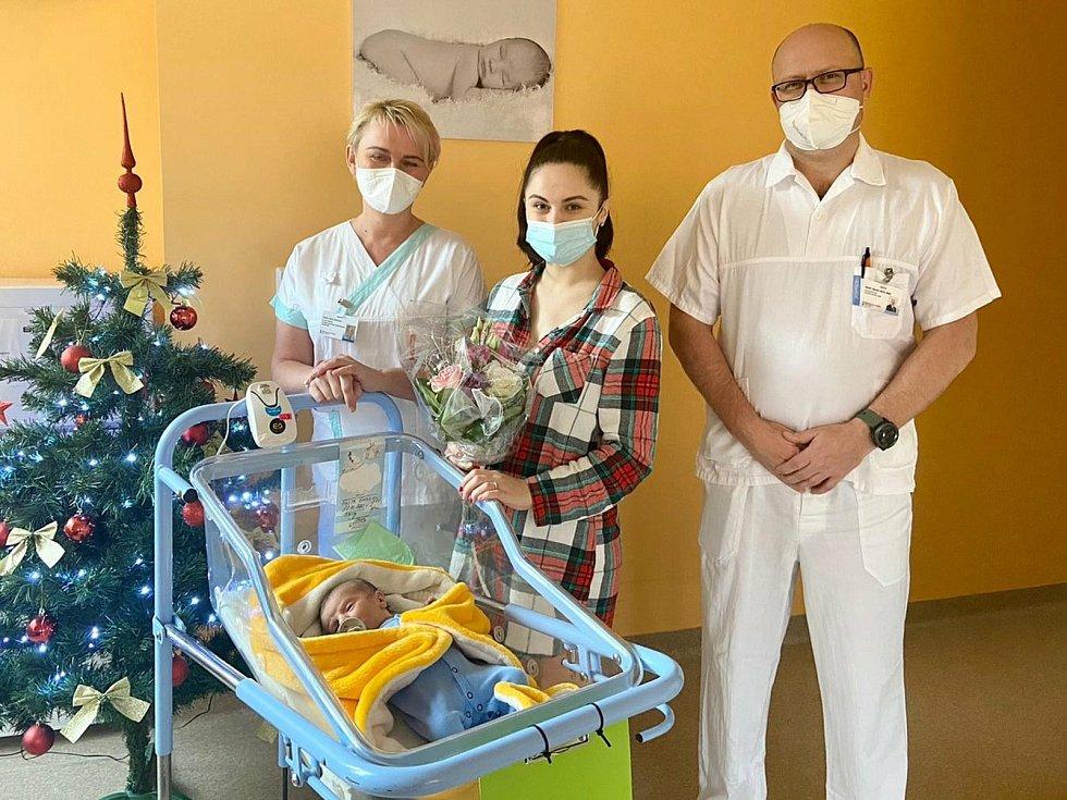 Malý Gabriel - tisící miminko narozené ve šternberské porodnici v roce 2020. Za ním maminka Renáta Faltová, primář Marek Vaca svrchní sestrou Radkou Sedláčkovou a malým Gabrielem.
