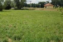 Pozemek u satelitní zástavby na kraji Chomoutova, který musí Olomouc vykoupit, aby se mohlo začít se stavbou točny MHD