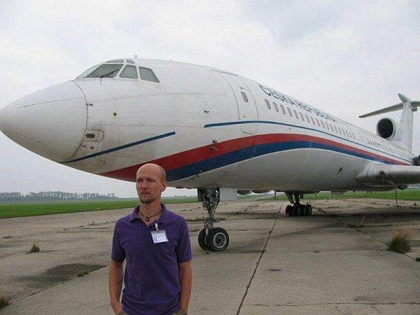 Vládní letoun TU-154M, který zatím stojí na letišti vPraze Kbelích, bude příští sezonu vystavovat Letecké muzeum vOlomouci. Na snímku Zdeněk Svobodník zolomouckého muzea.