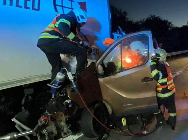 Na D35 u Velké Bystřice narazila do kamionu dodávka. Řidiče museli vyprostit hasiči.