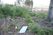 Myslivecký posed v Nové Hradečné zničila exploze neznámé výbušniny.
