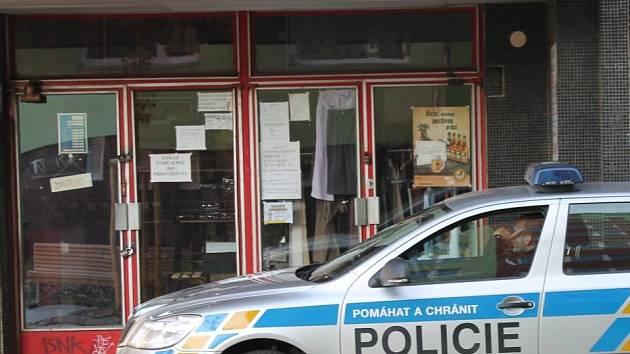 Listopad 2012. V této prodejně smíšeného zboží v budově Zenitu v Nedvědově ulici se prodával neznačený a nekolkovaný alkohol s obsahem metanolu.