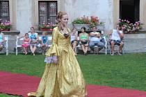 Modelky v historických kostýmech se v sobotu v podvečer promenádovaly nádvořím šternberského hradu