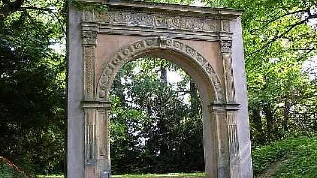 Renesanční portál v arboretu v Bílé Lhotě