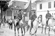 Příprava na slet v roce 1948. Kde jsou ty časy, když jste v ulicích Bohuňovic mohli potkat průvod Sokolů v čele s jezdci na koních.
