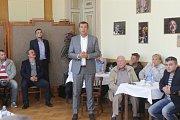 Přerovský radní Petr Vrána (ANO) na debatě s lídry politických stran v Městském domě v Přerově