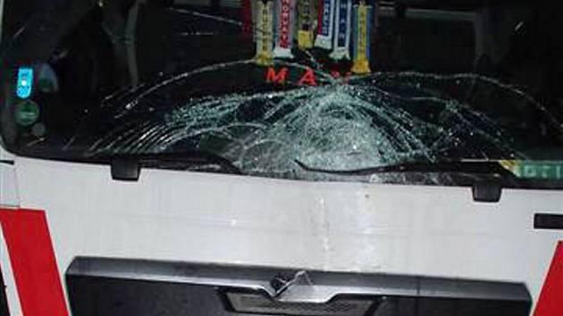 Dřevo letící z mostu na D1 u Hranic poničilo na dvě desítky nákladních i osobnívh aut