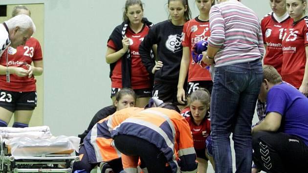 Záchranáři zasahují u zraněné Andrey Šarišské v zápase Olomouce s Bratislavou