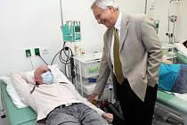 30 let stál v čele olomoucké dospělé hemato-onkologie profesor Karel Indrák, ikona olomoucké medicíny.  Na snímku s tisícím pacientem transplantace kostní dřeně v FNOL – Romanem Weissem.