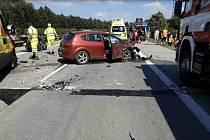 Pět aut havarovalo na vedrem popraskané dálnici, na místě je deset zraněných
