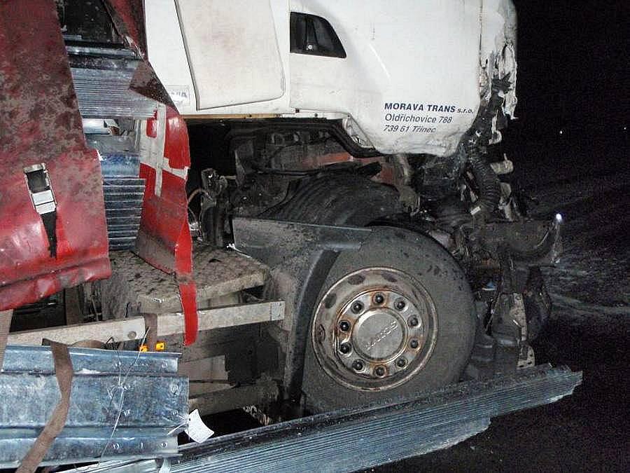 Srážka dvou kamionů a škodovky u Unčovic zablokovala tah Olomouc - Mohelnice