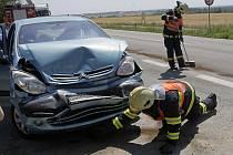 Hasiči likvidují následky havárie.