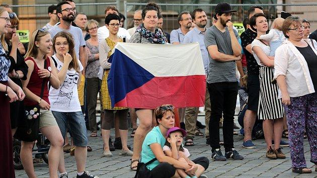 """""""Jednou provždy"""". Demonstrace proti Babišovi a komunistům v Olomouci"""