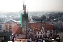Rekonstruovaná špička věže se vrací na olomouckou radnici