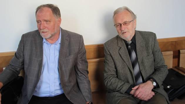 Tomáš Hradílek (vpravo ) a advokát Tomáš Sokol u olomouckého Vrchního soudu