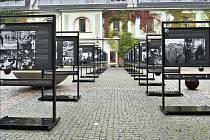 Výstava fotografií na nádvoří Zbrojnice Univerzity Palackého v Olomouci