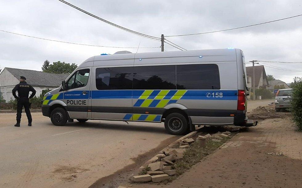 Šumvald je kvůli odstraňování následků nedělní bleskové povodně pro motoristy uzavřen. Do vesnice se dostanou jen místní občané  a záchranáři.