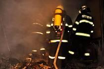 Rozsáhlý požár dřevostavby likvidovali hasiči v Toveři na Olomoucku.