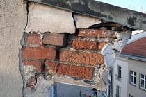 Porušení římsy na domu s galerií Mona Lisa v centru Olomouce