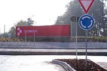 Obří logo Olomouce na rondelu v Lipenské ulici