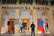 Odpoledního shromáždění před Pedagogickou fakultou Univerzity Palackého v Olomouci se zúčastnily desítky lidí. Akce proběhla v poklidu