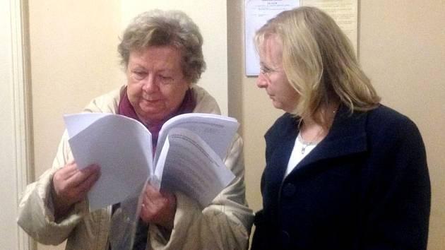Kantorku Vandu Fabianovou (vpravo) podporují v soudní síni svou přítomností nejen rodiče školáků, ale na každé hlavní líčení ji doprovází také její matka