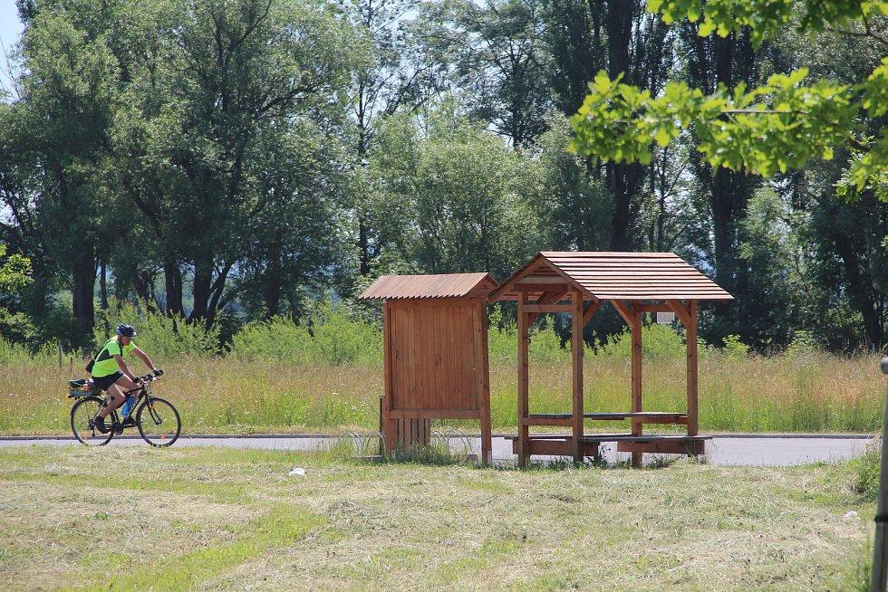 Nový úsek cyklostezky bude začínat u odpočívadla s informační tabulí a povede směrem k místním rybníkům.