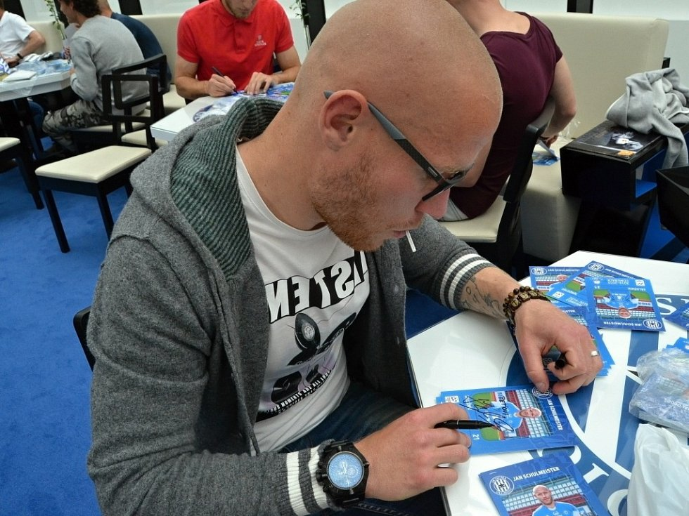 Olomoučtí fotbalisté se v Šantovce podepisovali fanouškům na speciální limitovanou edici kartiček vytvořenou k návratu do nejvyšší soutěže. Jan Schulmeister
