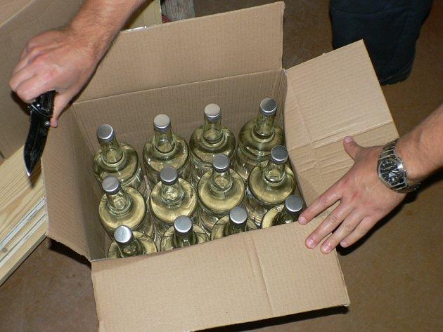 Olomoučtí celníci v pondělí v obchodě nedaleko centra Olomouce zabavili 131 lahví nekolkovaného alkoholu.