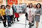 Zdravotní sestry Andrea Vacova a Hana Pojarova s ředitelkou nemocnice Šternberk Ing. Katarinou Bučkovou (vpravo) na vernisáži výstavy Jsem sestra vzdávající hold tomuto náročnému povolání.