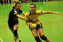 Házenkářky DHK Zora Olomouc (v tmavém) zvítězily v interligovém zápase s Jindřichovým Hradcem 29:17.